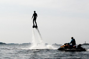 En person på et flyboard over vannflaten