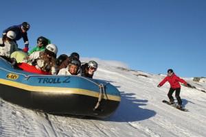 Snowrafting på Fearless Winter. Vår egen sport som går ut på en raftingflåte, en snødekket bakke og god fart.